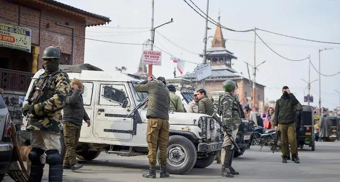 शोपियां मुठभेड़ में सुरक्षा बलों ने तीन आतंकवादियों को मार गिराया, एक पुलिस कर्मी भी शहीद