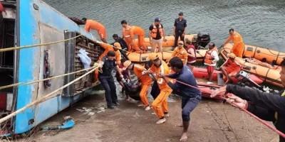 बस हादसा – मध्य प्रदेश नदी में गिरी बस, 60 यात्री सवार थे, जिसमें 35 लाशें निकाली गयीं, 7 लोग बचाए गए, 6 खुद तैरकर बाहर निकले