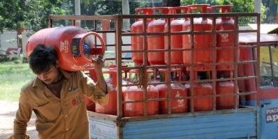 सरकार ने मार्च महीने के पहले दिन ही गृहणियों का निकाला दम, 25 रूपये बढ़े रसोई गैस के दाम