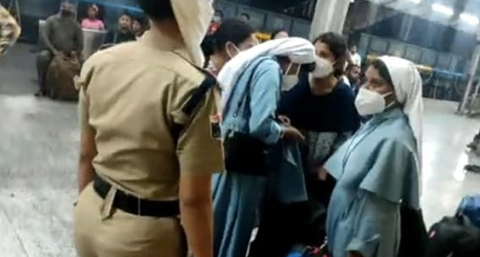 ABVP कार्यकर्ताओं ने नन्स पे आरोप लगाते हुए ट्रेन से नीचे उतारा, कहा- करा रही थी धर्म परिवर्तन