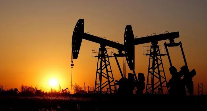नई दिल्ली: महंगे तेल से लोगों को आगे भी झटका लग सकता है. एक तरफ ओपेक+ देशों ने इसके उत्पादन में बढ़ोतरी का फैसला नहीं किया और दूसरी तरफ तेल कंपनियों ने पिछले पांच साल से दाम नहीं बढ़ाए हैं और अगर उन्होंने महंगे क्रूड प्राइसेज का भार आम लोगों पर डाला तो पेट्रोल-डीजल के भाव में जबरदस्त उछाल आ सकता है. अंतरराष्ट्रीय स्तर पर महंगे तेल की कीमतों के चलते भारत ने ओपेक (ऑर्गेनाइजेशन ऑफ पेट्रोलियम एक्सपोर्टिंग कंट्रीज) और रुस (ओपेक+) से उत्पादन नियंत्रण में ढील देने को कहा था. इस पर सऊदी अरब ने भारत से कहा कि वह पिछले साल सस्ते भाव पर खरीदे गए तेल का प्रयोग कर महंगाई से राहत दे सकती है. अधिक महत्वपूर्ण जानकारियों / खबरों के लिये यहाँ >>क्लिक> क्लिक क्लिक