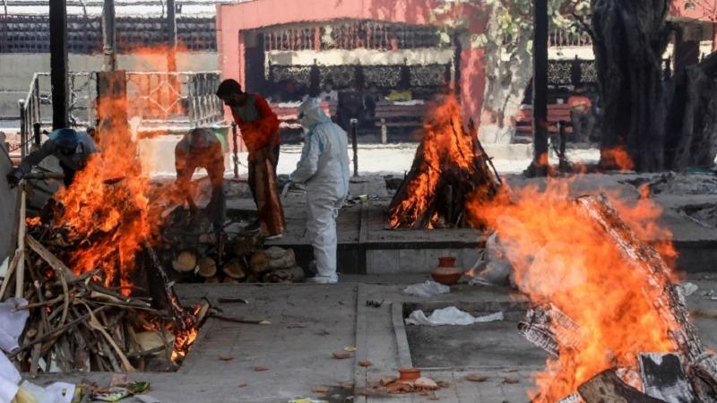 देश में कोरोना के क़हर का असर, श्मशान में नम्बर नहीं आया तो शव को पार्क में ही जला दिया